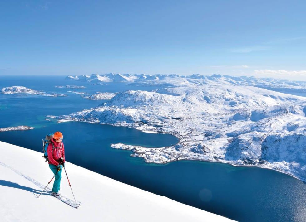 Troms servert på gullfat. Heidi Berg nyter en fantastisk dag på Vasstinden Foto: Espen Nordahl. / Toppturer i Troms.