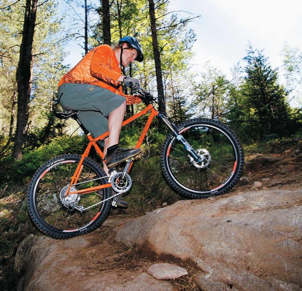 GODT GREP: Finn balansen og riktig vektfordeling over sykkelen. Tråkk videre helt til toppen. Terrengsykkels Øyvind Aas demonstrerer.
