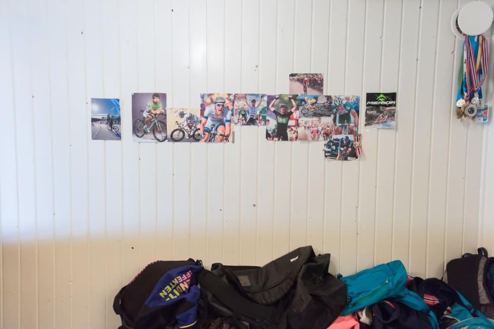 BARNDOMSMINNER: På veggene hjemme henger det medaljer og forbilder. Foto: Henrik Alpers.