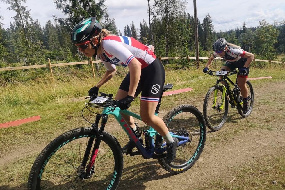 Marit Sveen og Sylvi Sommer underveis i kortbanerittet i går. Foto: David Haugen
