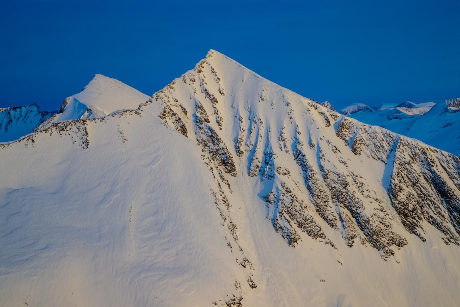 TO SPOR: Kirketaket er en av Norges mest besøkte topper, men vestsiden er heldigvis ikke veien de fleste velger å kjøre ned igjen. Bilde: Terje Aamodt