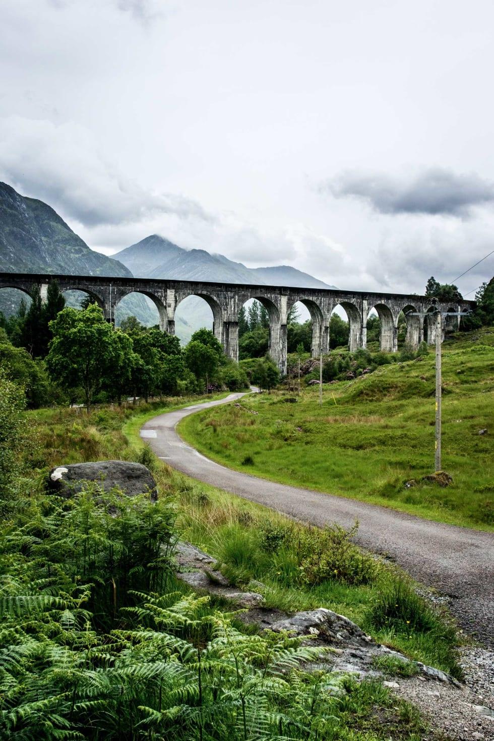TIL HOGWART: Jernbaneviadukten på bildet er et populært turistmål, i moderne tider best kjent fra Harry Potter-filmene. Flere ganger daglig passerer gamle damplokomotiv.