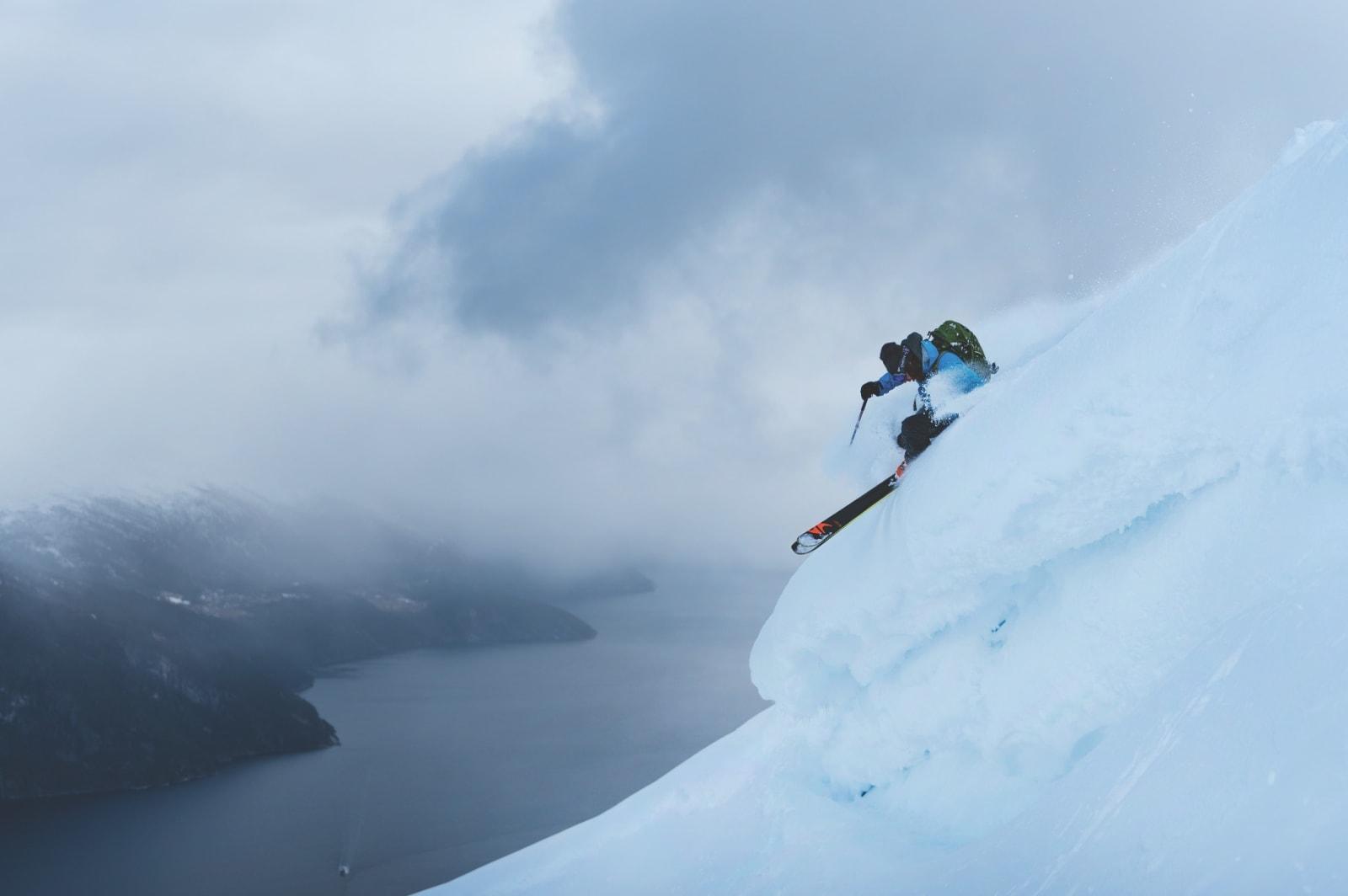 STRANDET: Marcus Caston koser seg ned mot fjorden nær Stranda.