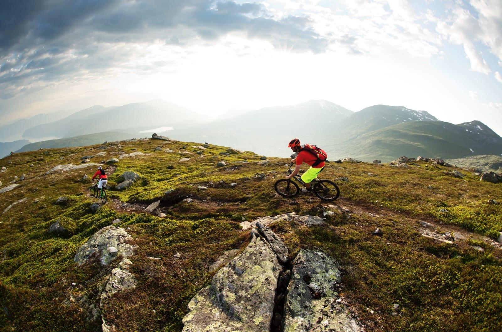 SOLSTEK PÅ GRYTA: En av de beste stiturene i området kan såvidt skimtes fra Stryn sentrum. Kjentmann Halvard Avdem sender Øyvind Østvedt først ned mot utsiktspunktet over bygda.