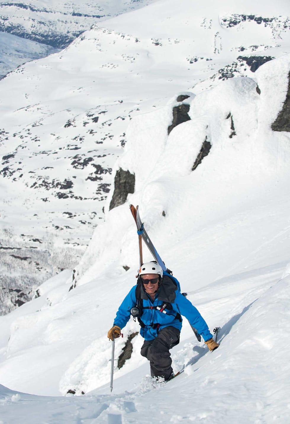David Nilsson tar de siste skrittene opp til toppkammen på Rivtind. Foto: Lars Thulin / Toppturer rundt Narvik.