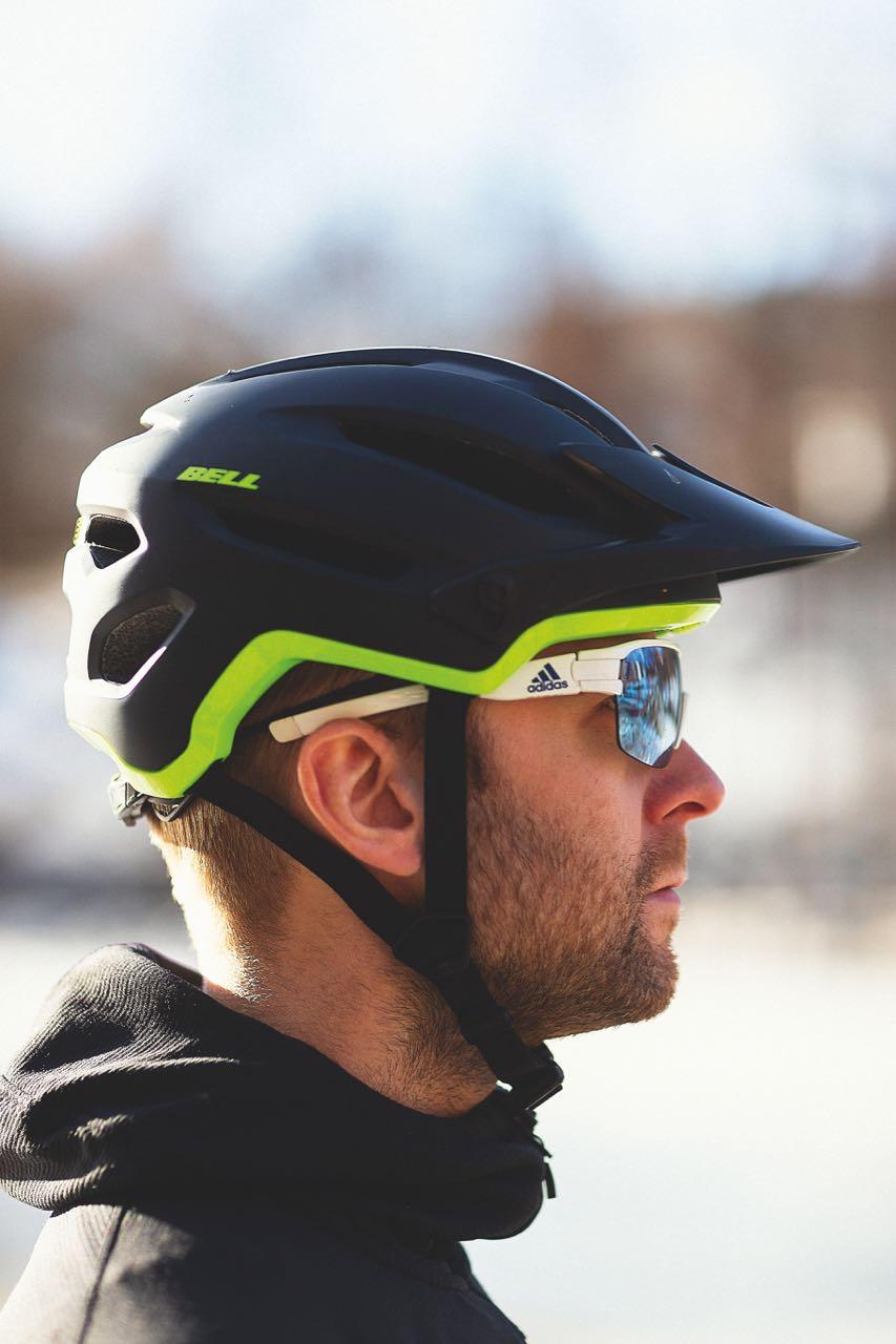 BILLIG, GOD OG KUL: Bell 4Fourty er en rimelig hjelm som beskytter bra og ser kul ut.