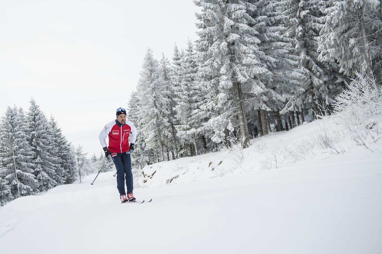 NOE Å JOBBE MED: En skiløper har alltid noe å terpe på. – Kjenn da! Dette synes det er kingkong. Og så er det jo så godt å komme inn igjen etterpå. Foto: Vegard Breie