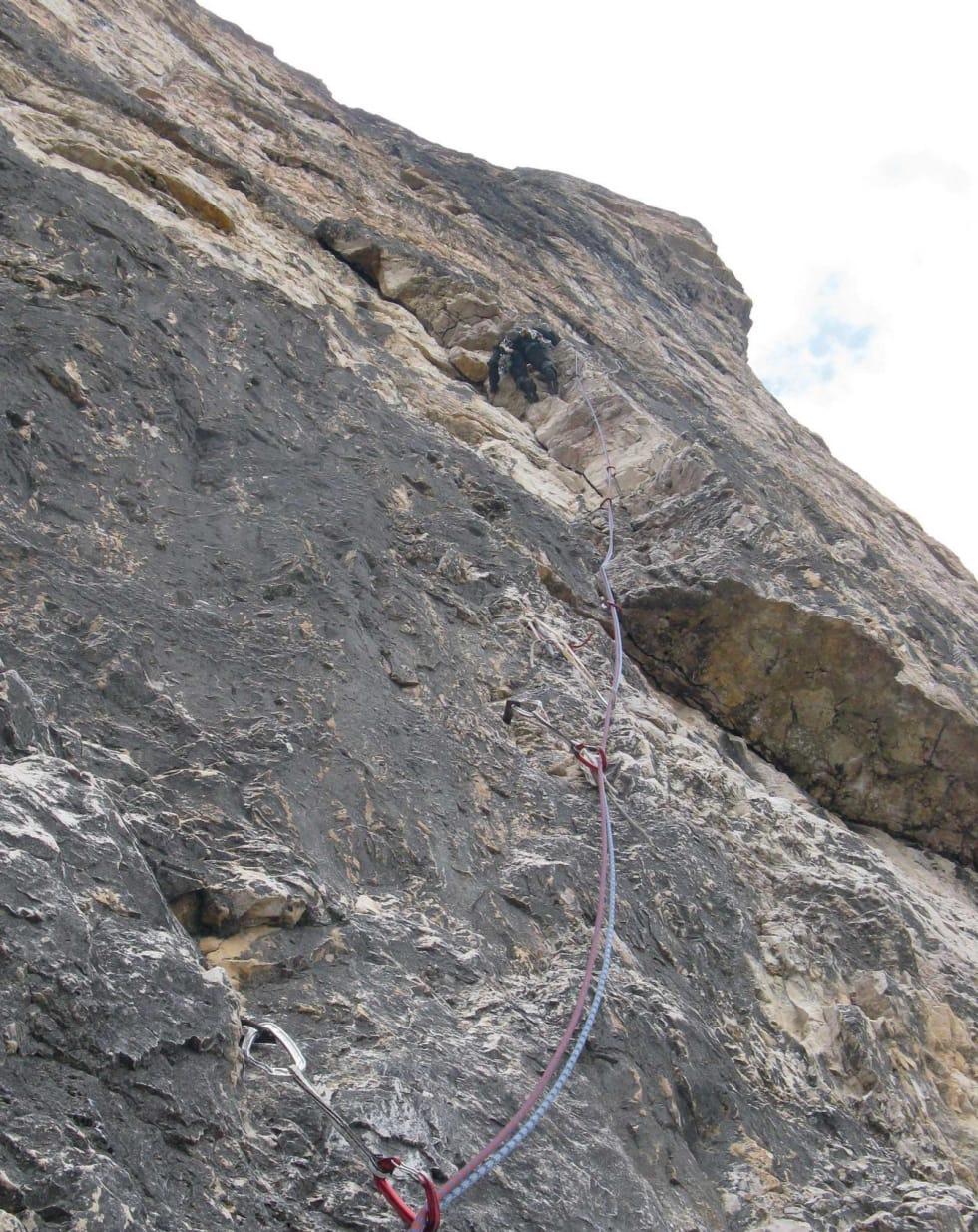 OPP: Steve Enger leder femte taulengde på Comici-Dimai (5+/A1, 550 meter), Cima Grande. Foto: Erik Finne Oppegård