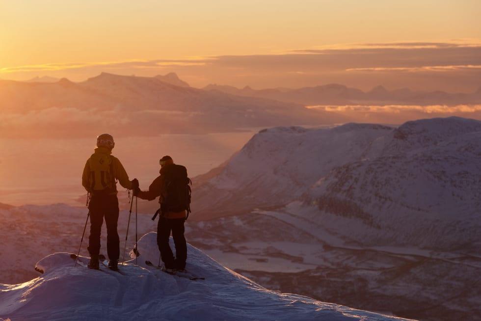John Liungman og Mikael af Ekenstam ved toppen av Spanstinden. Foto: Fredrik Schenholm / Toppturer rundt Narvik.