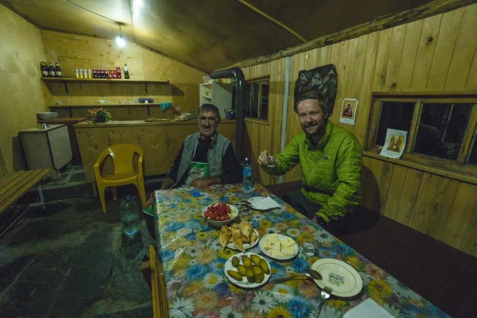 PRE-SMELL: Den hyggelige herremannen som gav oss både husly og mat. Den beryktede tilitersdunken skimtes i bakgrunnen.