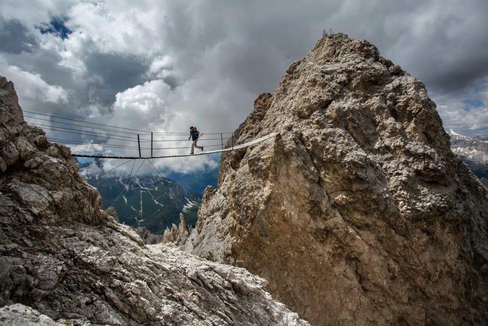 VIA FERRATA: Brobilde: En av mange «jernveiene» du finner langt der oppe i stupbratte fjell. Her er Cristallo Ridge. Foto: Jensen Walker