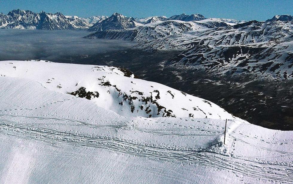Tromsdalstinden 17. mai 2009: Fotsporene etter den omkomne. Legg merke til skisporene utenfor staken som skal markere sikker grunn. Foto: Jørgen Melau, Lufttransport AS.