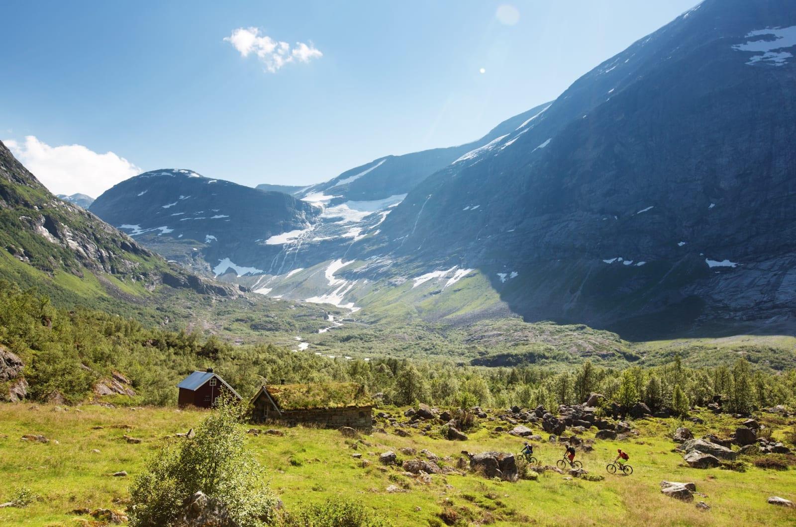 POSTKORTNORGE: Er du svak for nasjonalromantisk utsikt, bør du styre langt unna Erdalen en varm sommerdag i juli.