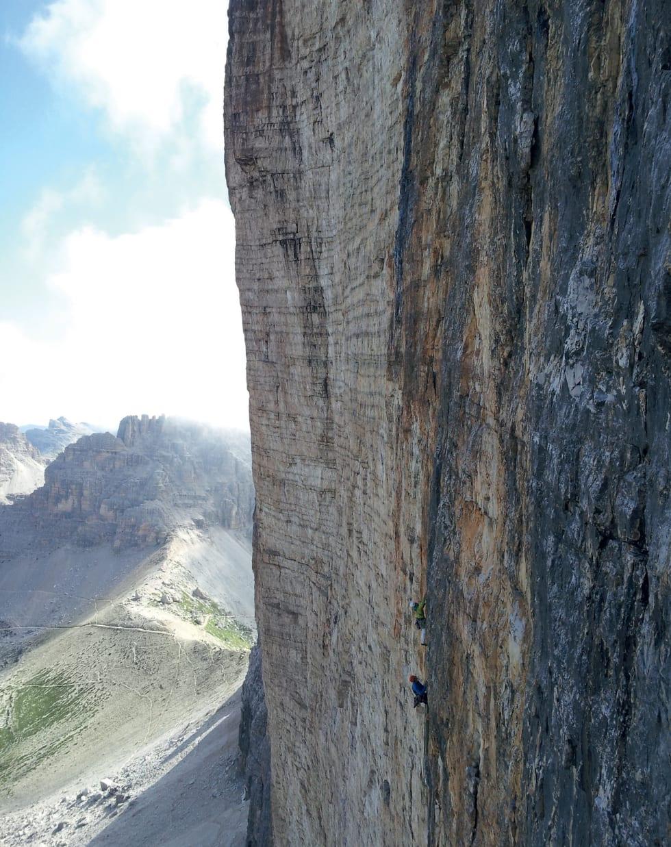 MEKTIG: Utsikt fra Comici mot en klatrer på ISO 2000 (7+/8-) og Hasse-Brandler (7+/8-) litt lenger borte. Foto: Steve Enger