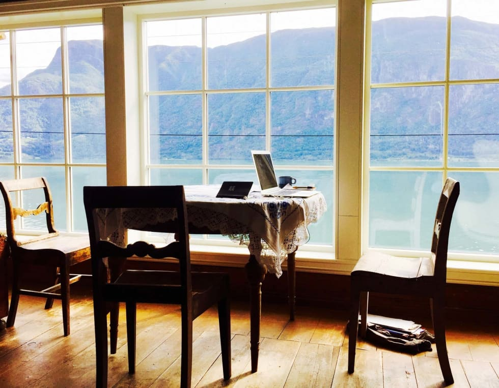HEIMEKONTOR: Fjordutsikt til skrivearbeidet på eplegarden i Luster. Foto: Privat