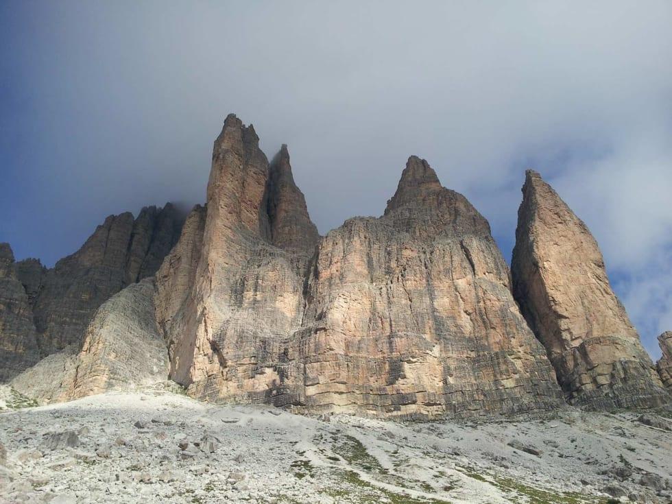 MEKTIG: Tårnet til venstre er Cima Piccolo med ruta Spigolo Giallo (Comici, Zanutti, Varale) Ruta følger deler av eggen. Veggen til høyre er Cima Piccolis-sima med Cassin-ruta( Cassin, Vitali, Pozzi) midt i veggen. Foto: Erik Finne Oppegård