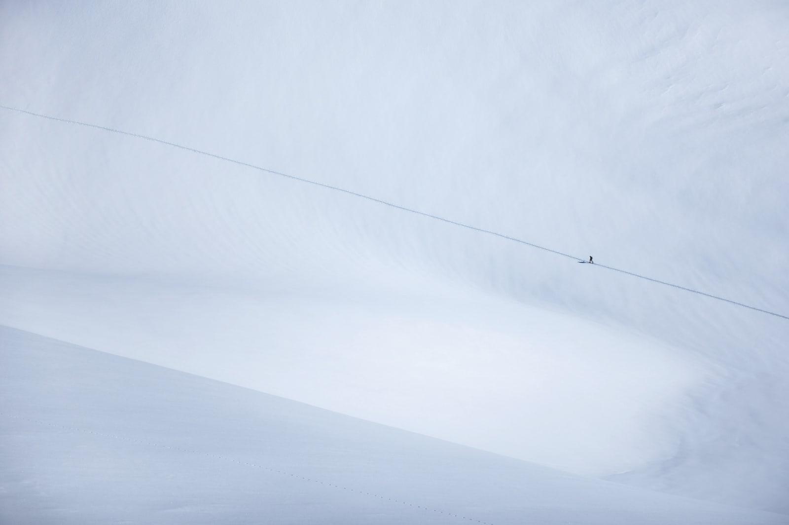 ALEINE: Olof Larsson skritter i vei, alene. Nedturen skal han dele med gode venner.