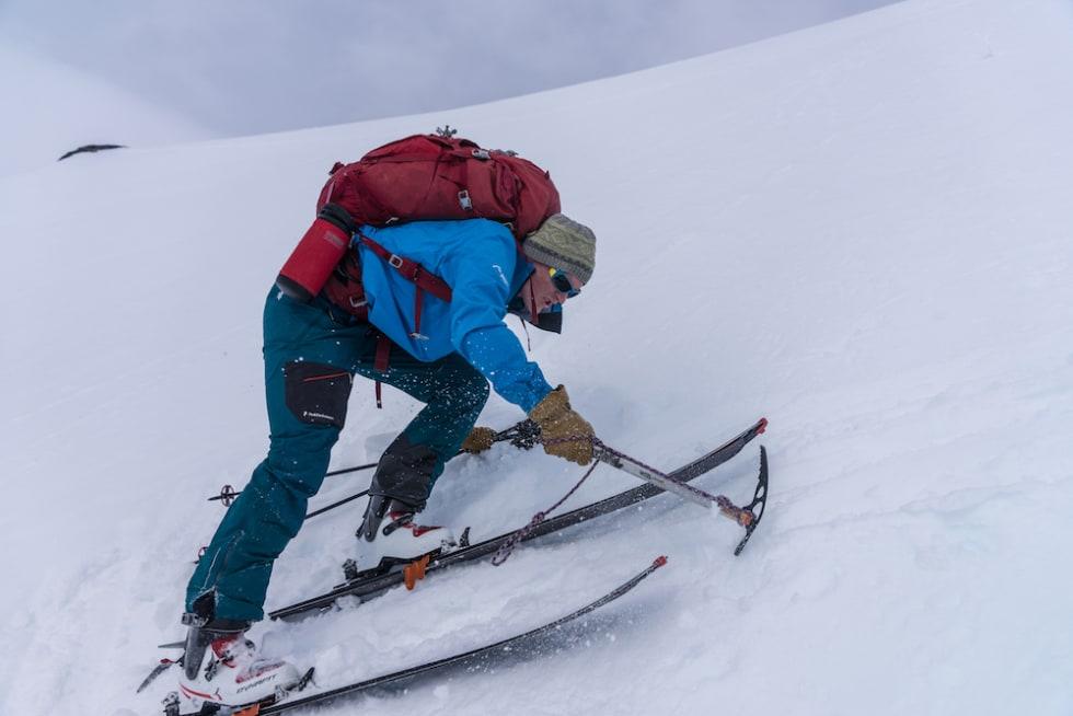 HARDT FØRE: Halvor Dannevig bruker både skarejern og isøks i den bratteste kneika opp fra Frudalsbotn. Foto: Bård Basberg