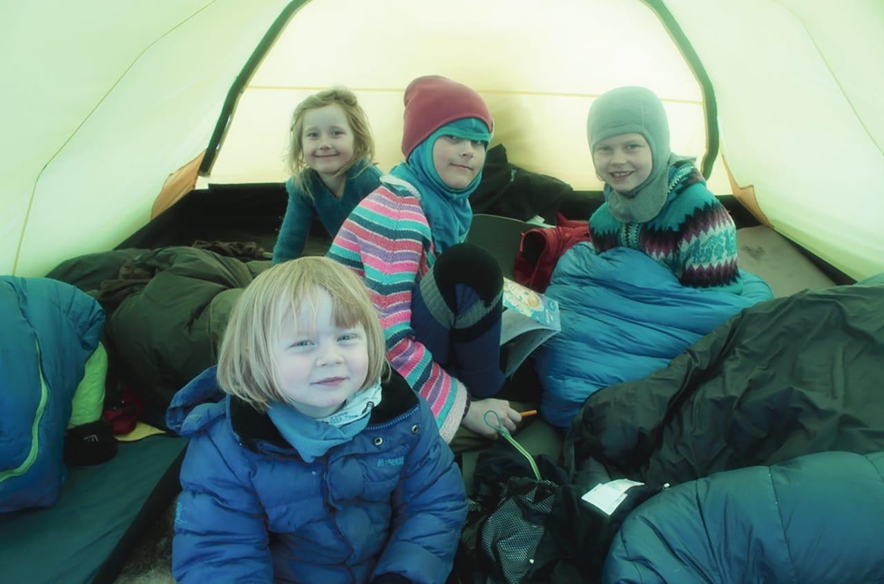 TELTJENTER: Maiken (3), Louise (5), Johanna (7) og Frida (8) er alle glade i vinterteltlivet.