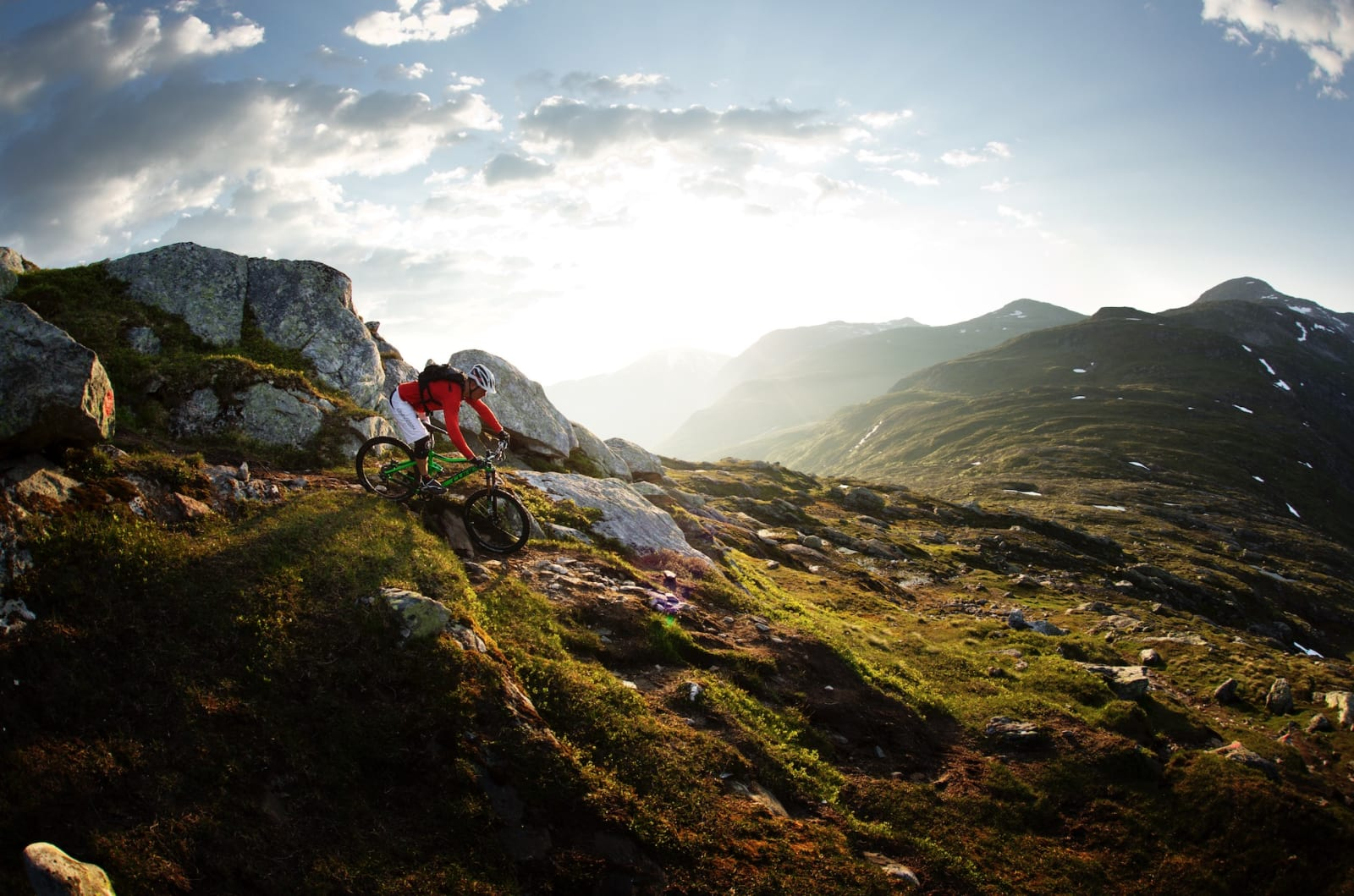 BYGDENÆR TOPPTUR: Turen til fjellet Gryta kan sykles fra Stryn sentrum. Fra toppen som ligger snaue 1000 meter over havet, går det sti helt ned til fjorden igjen. Hold deg fast, og nyt. Øyvind Østvedt