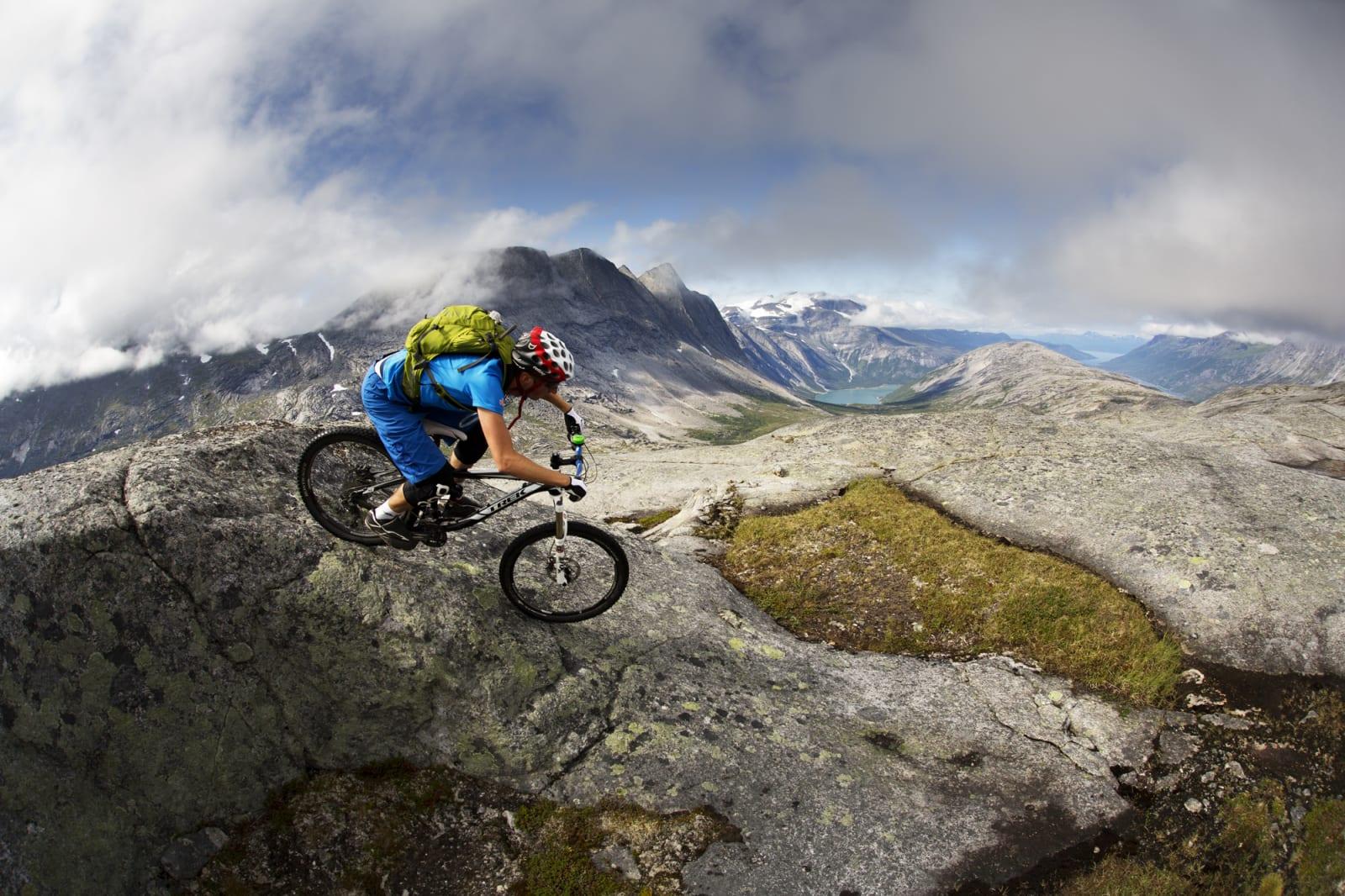 LANGT DER NEDE: Remi Einås slipper seg ned første del av en lang utforkjøring på sva mot Skjomfjorden