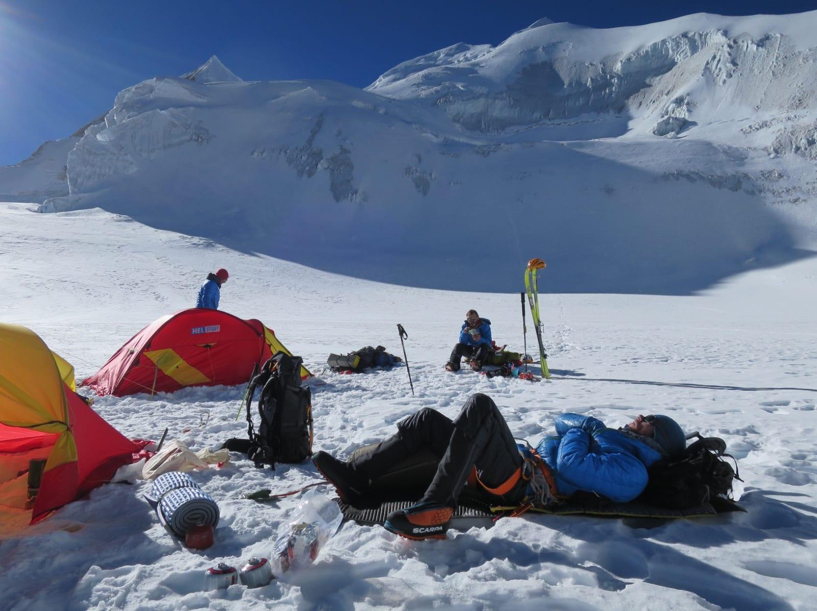 HØYDEARBEID: Aamot, Caspersen og Felde hviler i campen.