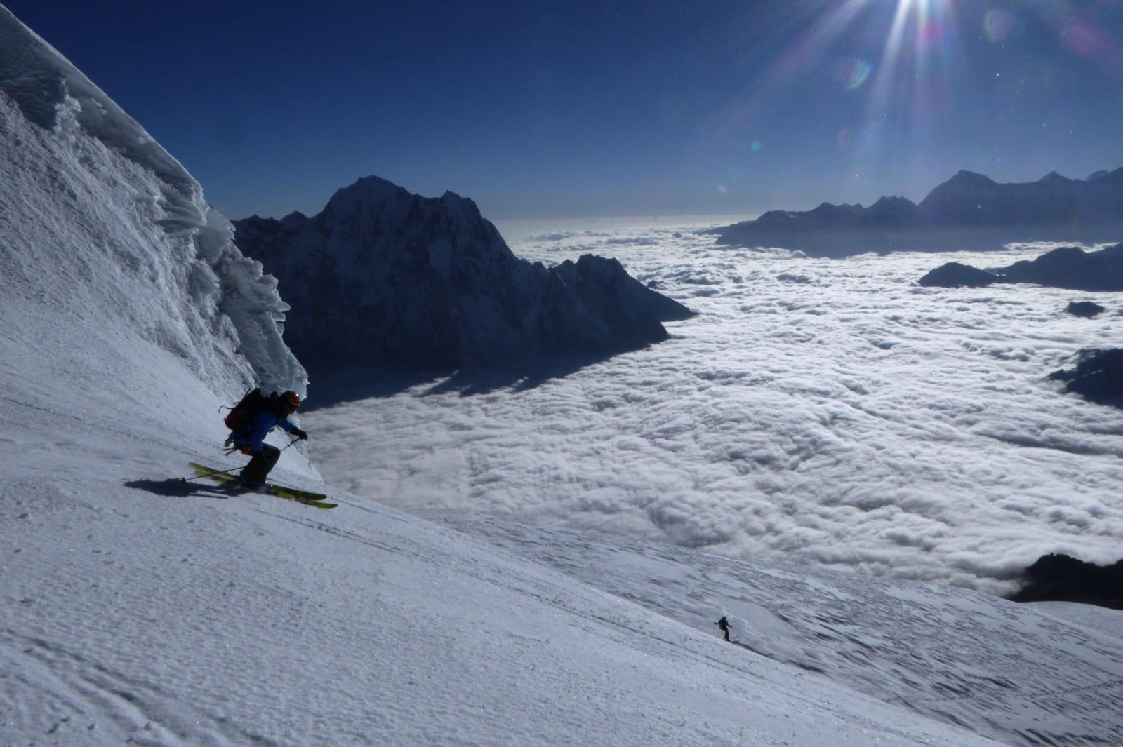 HØYT TIL FJELLS: Jørgen Aamot svinger på 6000 meters høyde på Larkya Peak. Bilde: Sigurd Felde