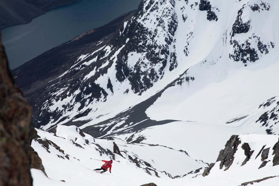 DAGDRIVER: Patrik Jonsson driver Magic Mountain Lodge sammen med kona Henrika Lönngren og datteren Majken på 3 år. På bildet driver han med frisk skikjøring ned fra Kjostind.