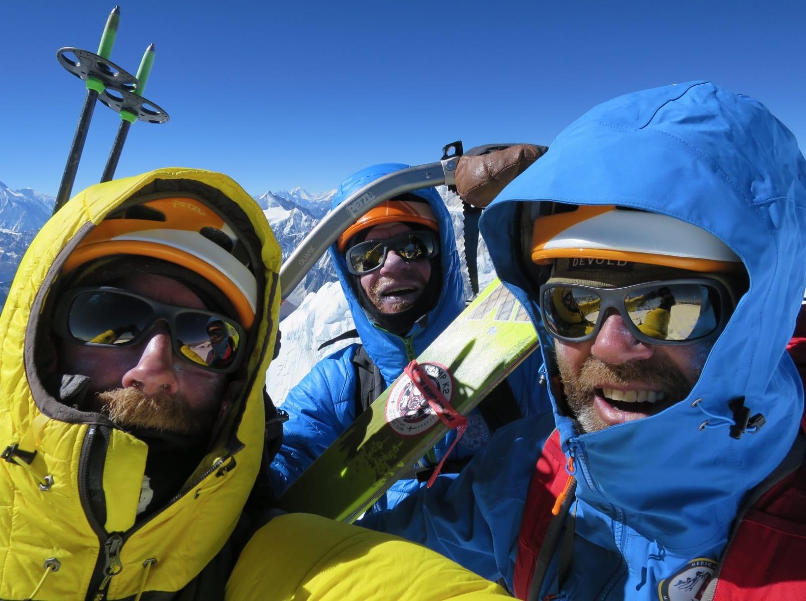 TOPPSELFIE: Aamot, Robert Caspersen og Sigurd Felde på toppen av Pawar Himal. Aamot kjørte på ski ned. Bilde: Aamot