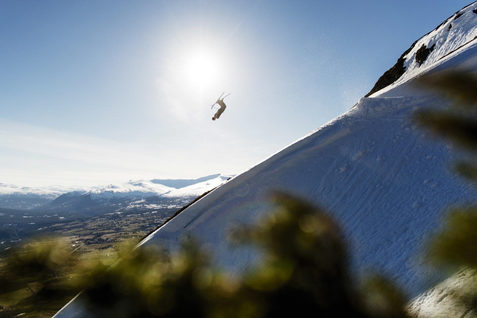 KLASSIKER: Både stedet, trikset og kjøreren på dette bildet er oppdalsklassikere. Erik Naess gjør en svær backflip i Skarbekkdalen. Foto: Martin Innerdal Dalen.