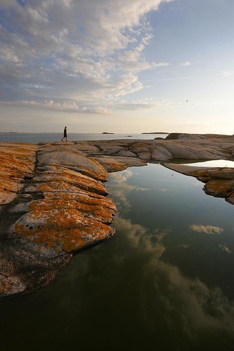 MELLOM HIMMEL OG JORD: Det er mange kortere og enklere turer rundt Hvaler-øyene, som ikke er like eksponert for bølger og åpent hav. Foto: Matti Bernitz