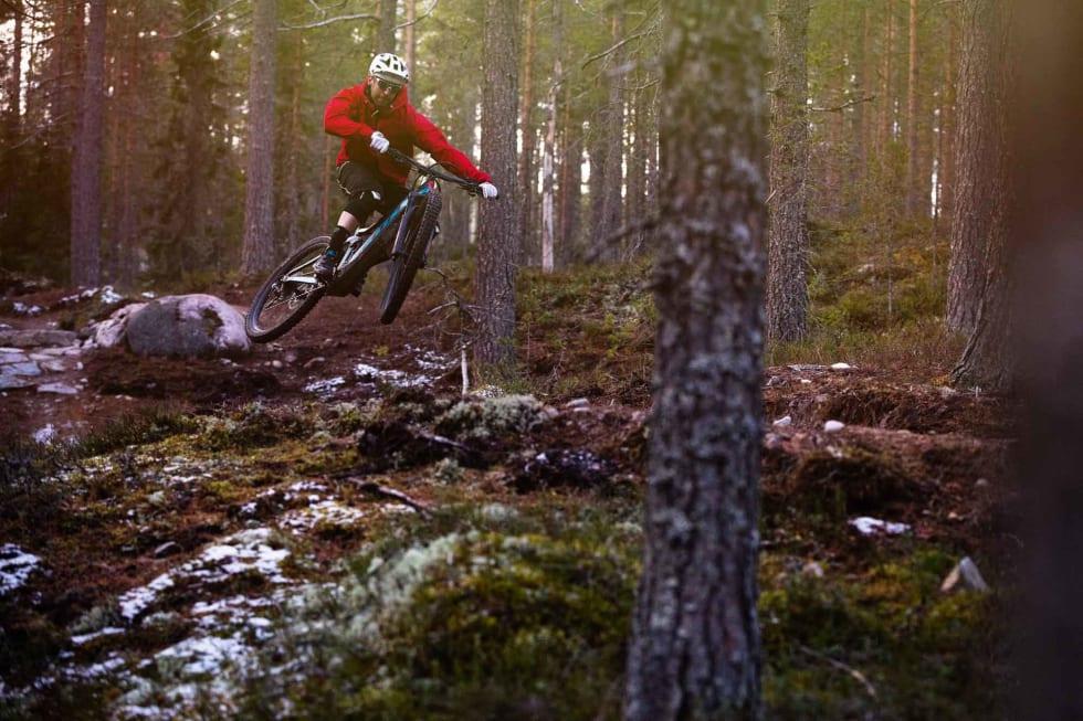 IKKE KJEDELIG: Elsykler er ikke nødvendigvis kjedelige. Kristoffer H. Kippernes leker seg på Scott E-Genius under sykkeltesting i Trysil Bike Arena. Foto: Øyvind Aas.