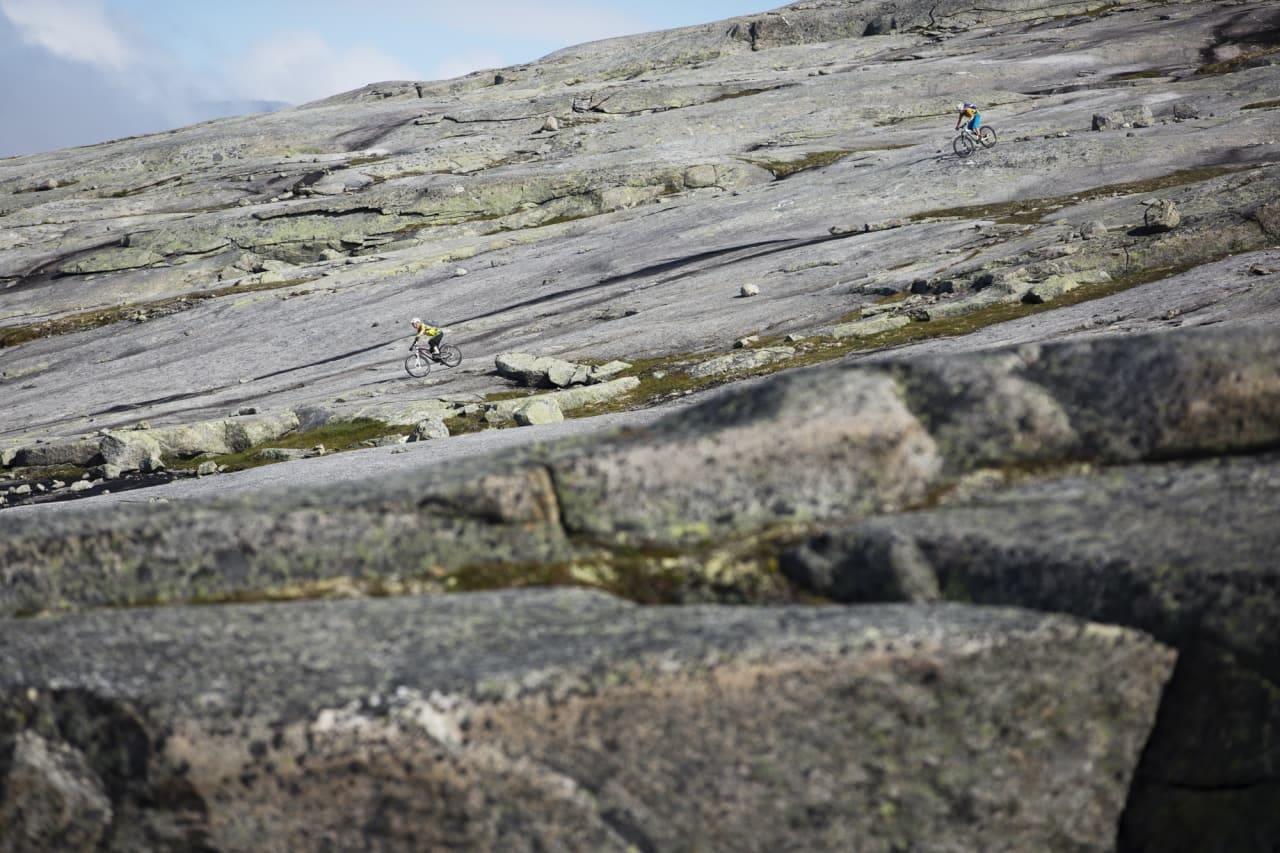 HVOR DU VIL: Sture Pettersen leder an Per-Eivind Syvertsen på svabergene på Reinnesfjellet. Foto: Kristoffer H. Kippernes