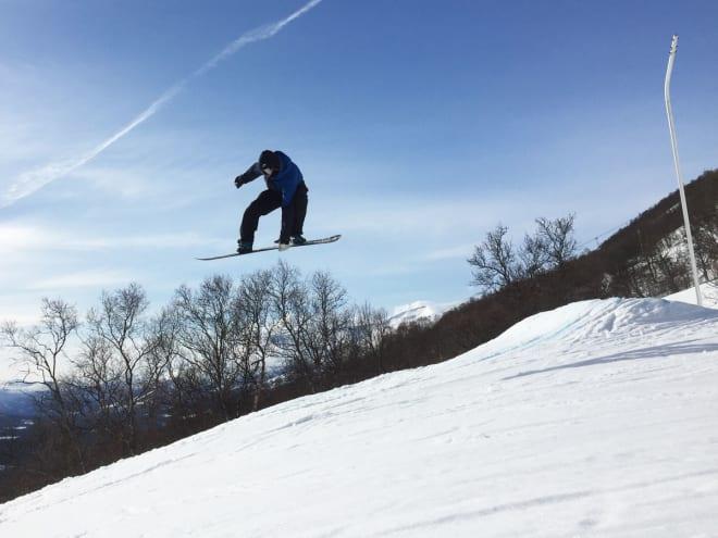 PÅ BRETT: Stinius har temmelig bra stil på snowboard, selv om han kanskje er enda bedre på ski. Foto: Tore Meirik