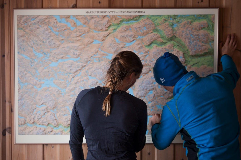 SJEKKPUNKT: På Mårbu henger dette flotte kartet. Når man bruker vinden som fremkomstmiddel er det lurt å planlegge ruten nøye