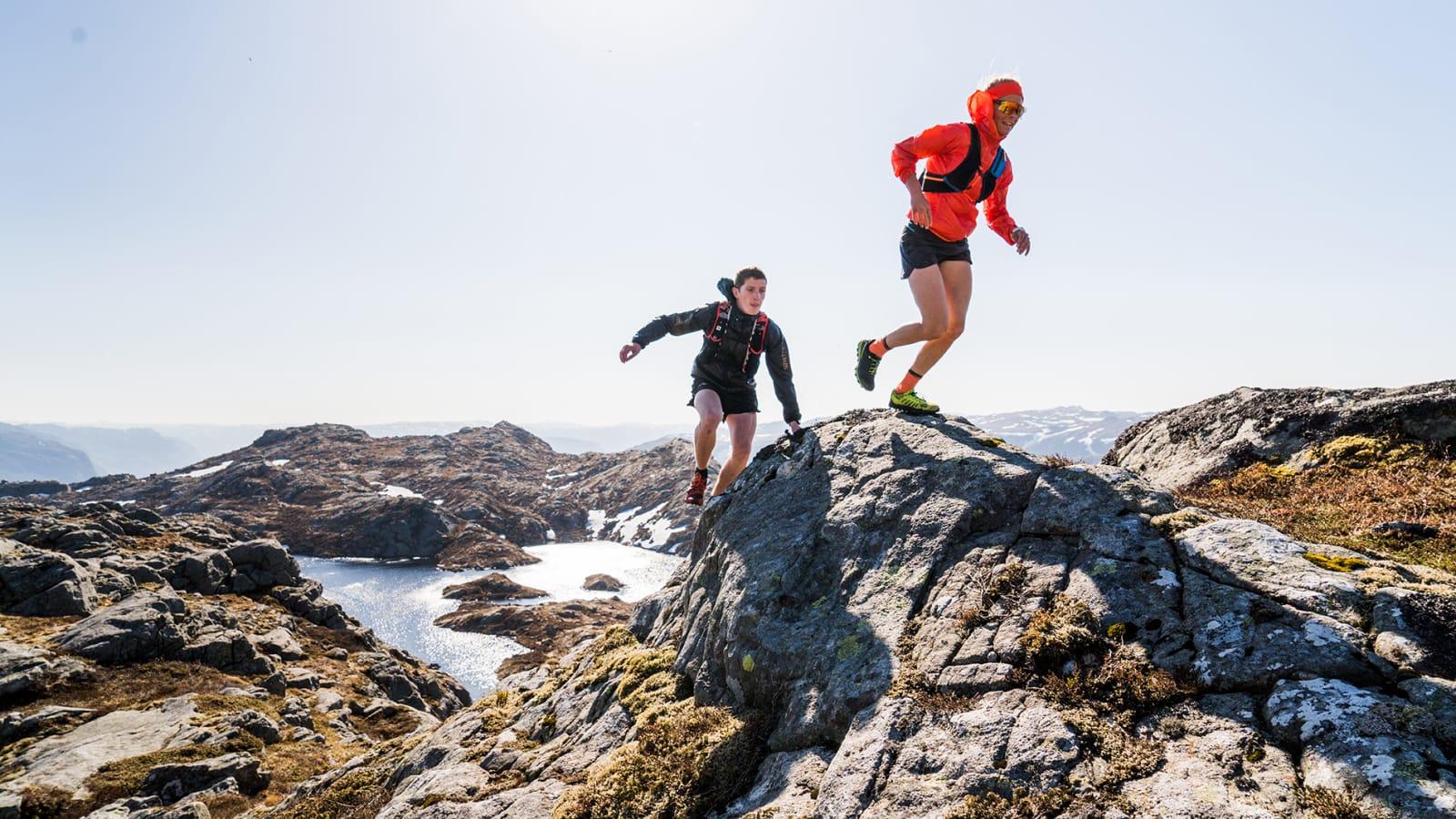 BYNUTEN: Tommy Haga og Malene Blikken Haukøy i lekent terreng på vei til den rødmerkede stien til Bynuten (671 moh): Bilde: Magnus Roaldset Furset