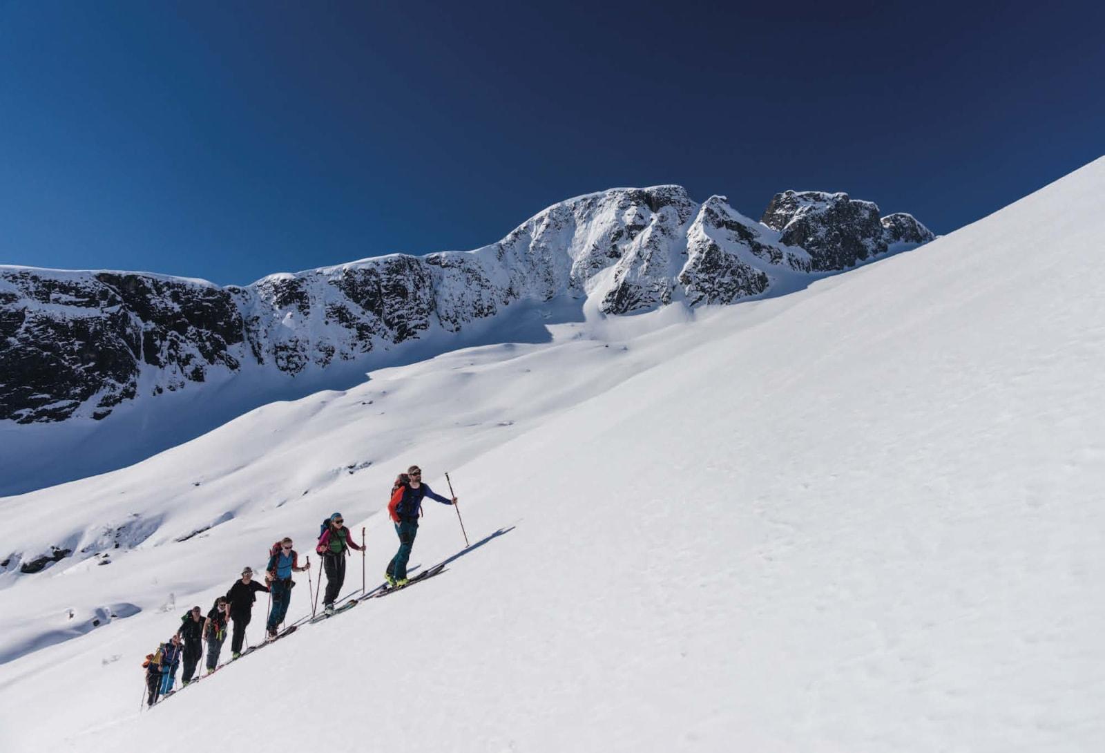 SISTE MOTBAKKE: Einar Løken i spissen for gruppa på vei opp Bjødnabreen.  Toppen i bakgrunnen er Keipen. Foto: Bård Basberg