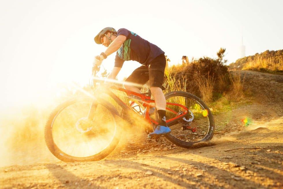 BÅDE OPP OG NED: Skal du hevde deg i moderne rundbaneritt må du beherske både klatringene og nedkjøringene. Det må sykkelen din også. Kristoffer H. Kippernes setter Hard Rocx Forza Volante på prøve.