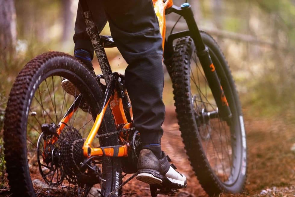KNAPT MERKBART: Motorene på moderne elsykler er sofistikerte, og gir ikke mye motstand. Øyvind Aas tester Yamaha-motoren i Giant E-Trance. Foto: Kristoffer H. Kippernes