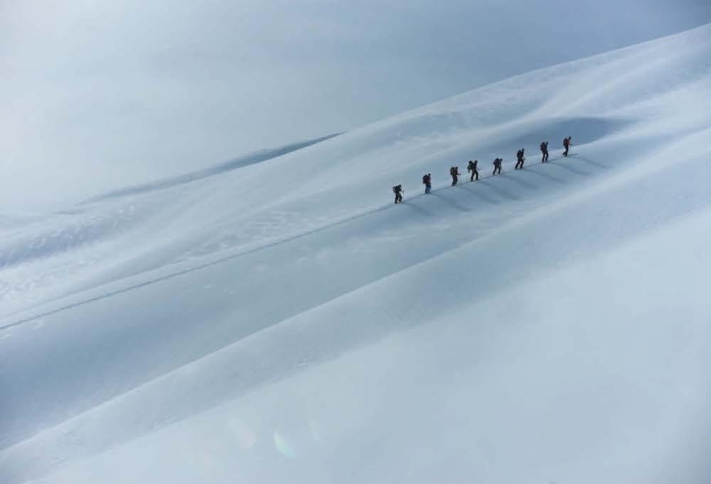 MAGI: Snø, lys og skygge i spill opp mot Meneseggi. Foto: Bård Basberg