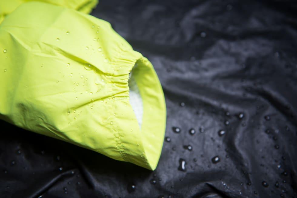 ASYMMETRISK: En liten strammestrikk holder ermet på plass. Ermet er lenger på yttersiden enn innsiden.