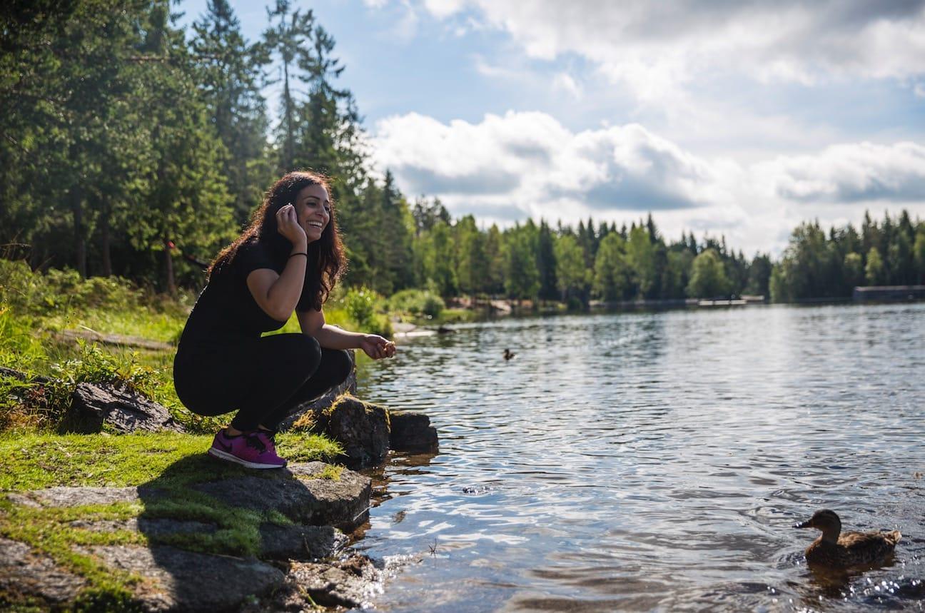 IKKE GITT: – Det er lett å tenke at friluftsliv ikke handler om politikk. At skogen, vannet og naturen bare er der for alle. Men det er ingen selvfølge. Det ligger en beslutning om at vi kan ferdes fritt, sier Hadia. Foto: Marte Stensland Jørgensen