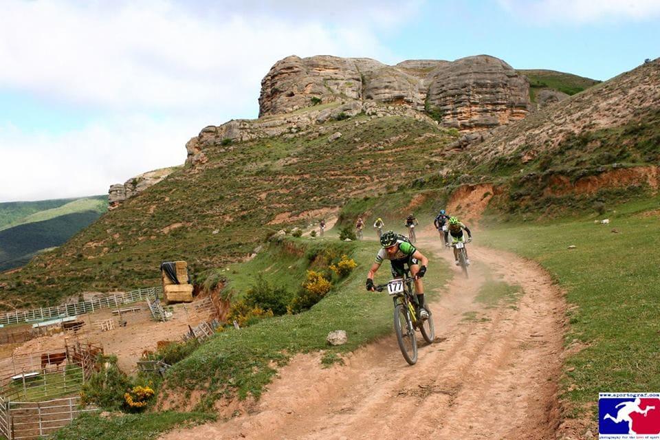 HØY FART: Det går bratt i alle retninger i La Rioja Bike Race.