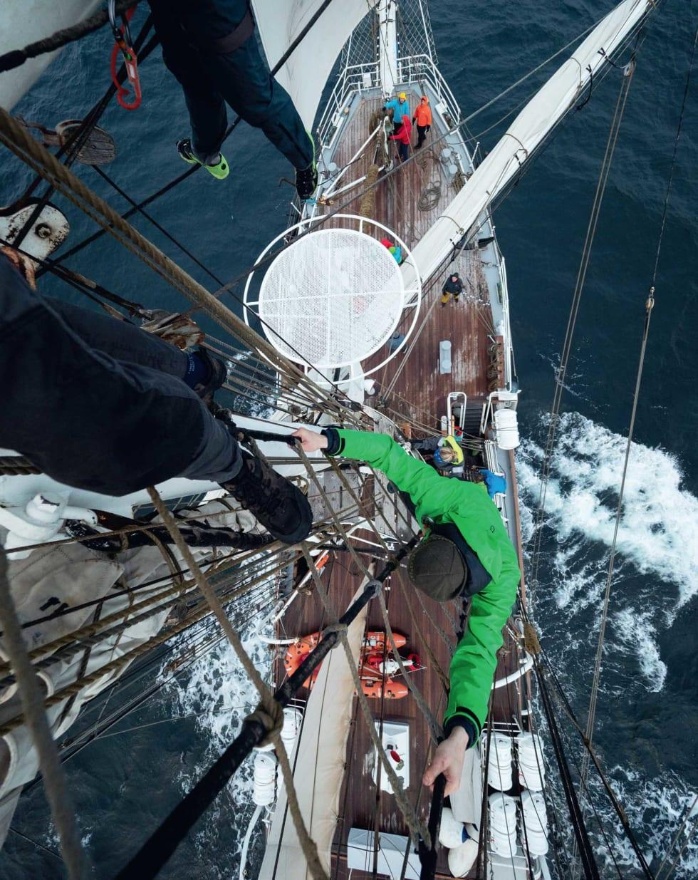 I ARBEID: Skal det seiles, må alle toppturister på dekk. Foto: Timme Ellingjord