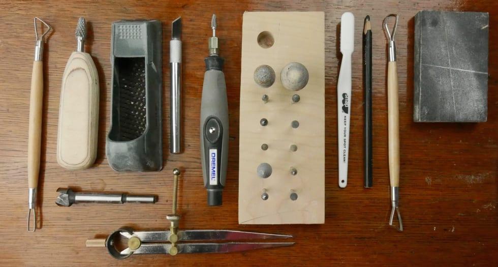 KIRURGISK: Det trengs presise redskap for å utforme gode prototyper på klatretak. Foto: Stian Christopher Viken