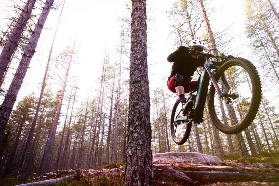 TRYGT: Den ekstra tyngden i elsyklene gir selvtillit og trygghet til å lande småhuck på flatmark, eller i slak motbakke. Scott Genius E-Ride er med på notene.