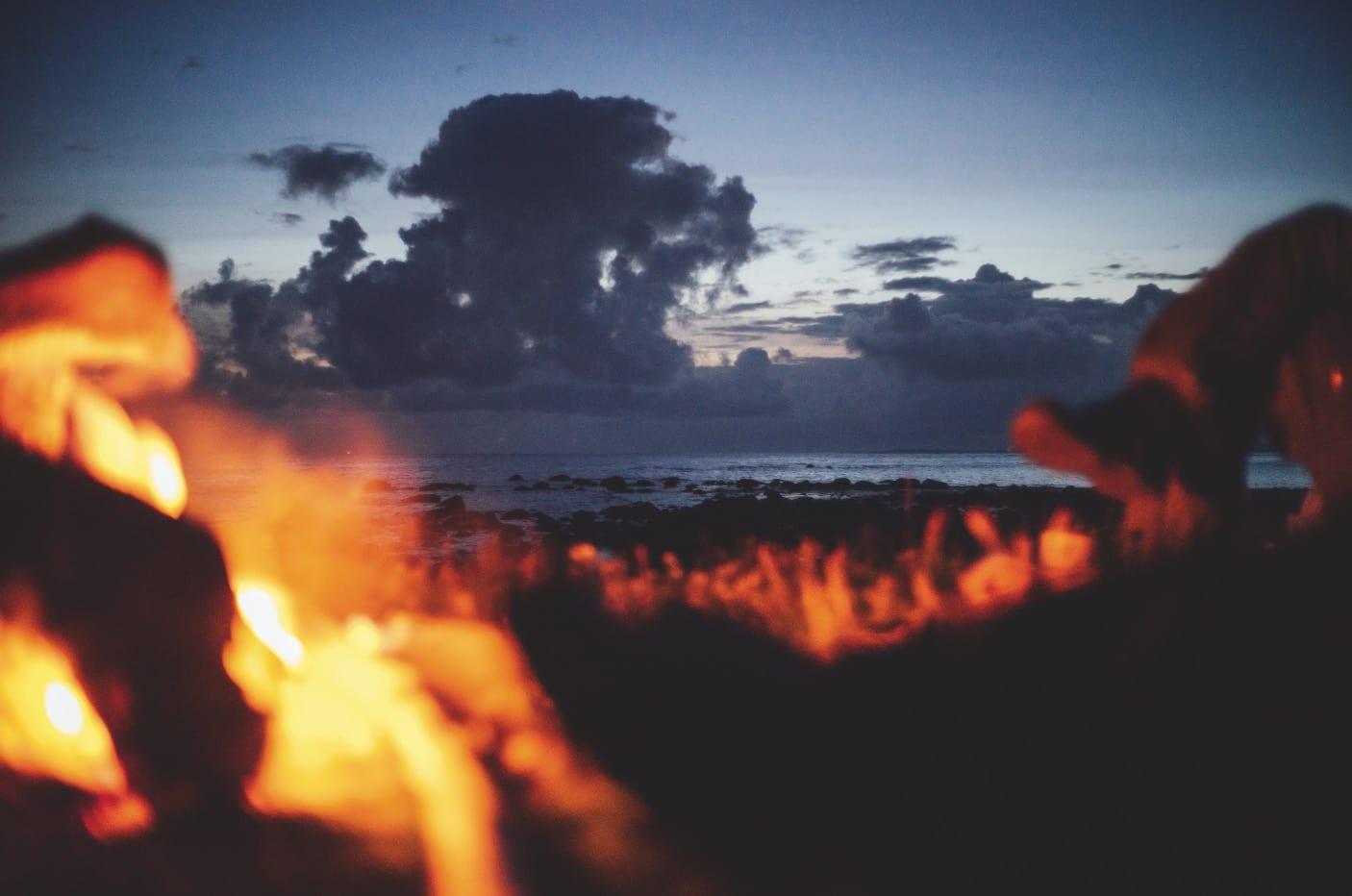 FYR OG FLAMME: På Jæren hadde vi turens siste bål-middag. En fantastisk kjøttkakegryte til en minneverdig solnedgang.
