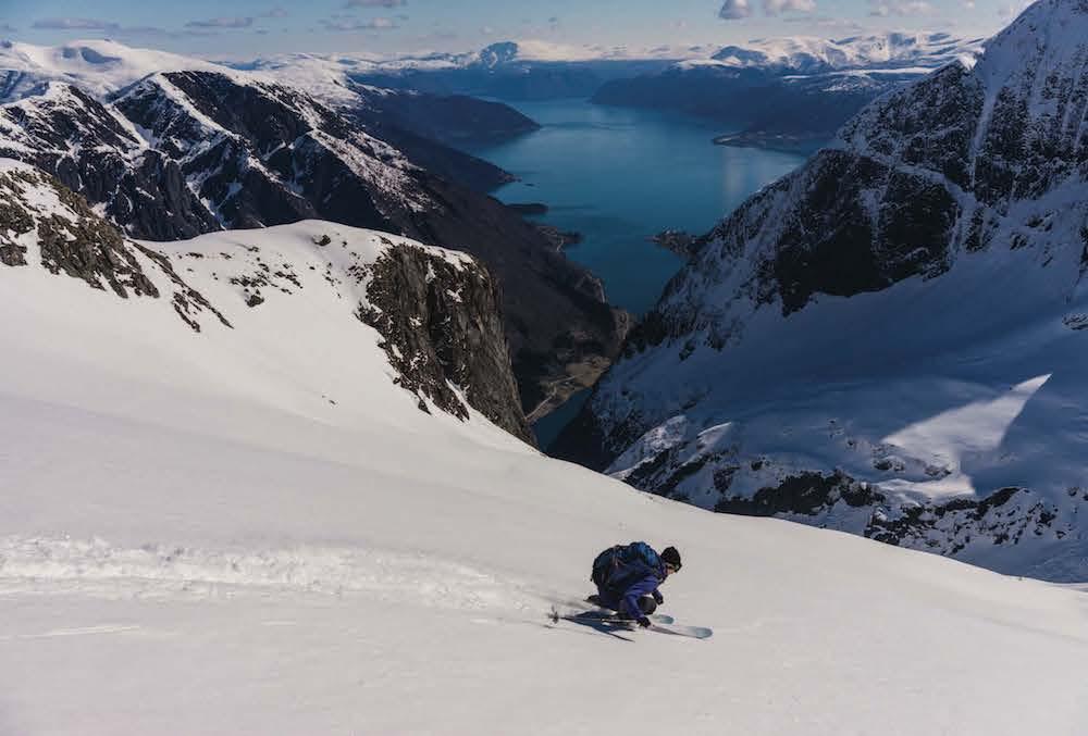MOT FJORDEN: Marit Rolvsjord setter full fart ned mot Esebotn og Bale-strand. Foto: Bård Basberg