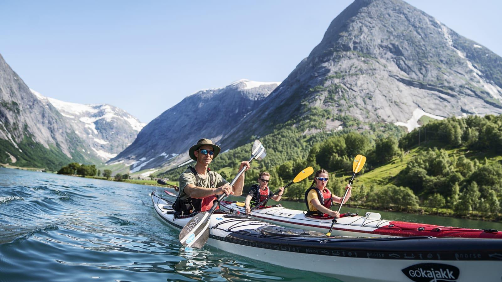 JØLSTER-MAGI: Ingen ekte fjord, men bortsett fra det er det lite å utsette på Jølster og Kjøsnesfjorden. Bilde: Magnus Roaldset Furset
