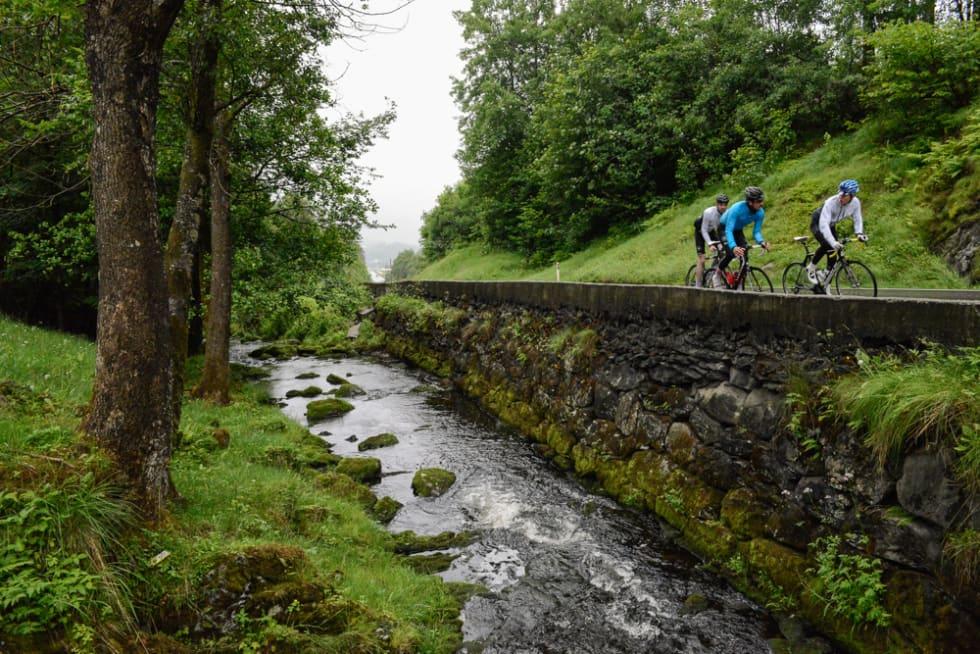 VARER EVIG: Fra sykkelsetet er det lett å få øye på steinfundamentet på den gamle veien mellom Ølen og Haugesund.